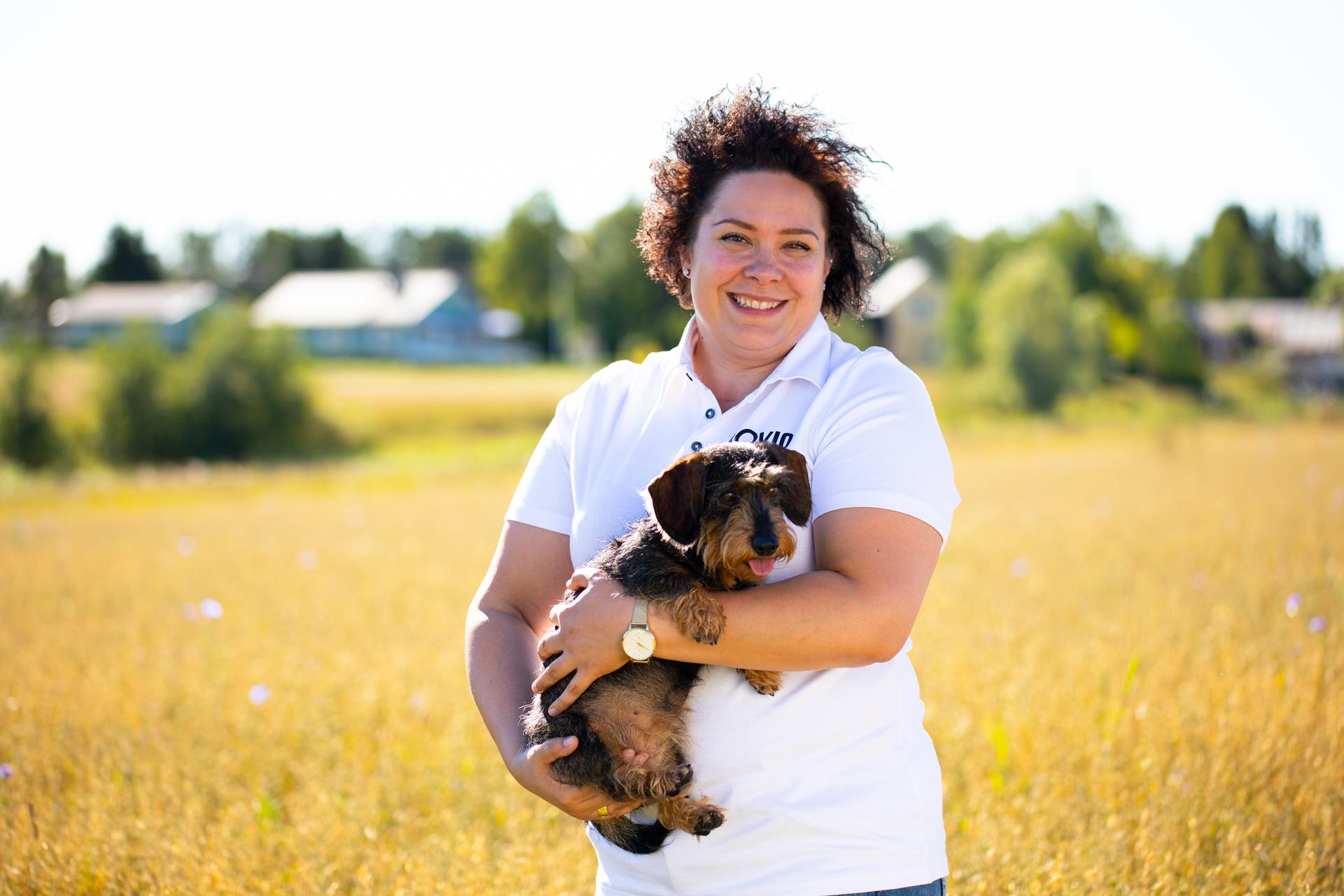 Rovio Pet Foods Noora Sjögren koiran kanssa
